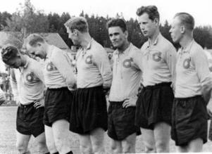 HOFORS-LASSE, Lars Eriksson gjorde allsvensk debut i Degerfors IF 1952. Här syns han i klubbens tröja inför en veteranmatch fem år senare. Stående från vänster: Jan Aronsson, Hambo Jakobsson, Sven Tumba Johansson (inlånad för dagen), Lasse Eriksson, Lasse Larsson och Olle Åhlund.
