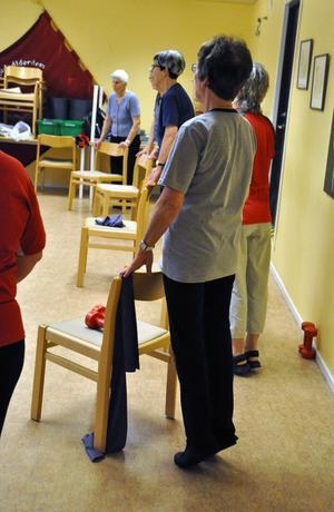 Stolar, hantlar och gummiband användes under träningspasset.