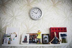 Annas lägenhet är ljus och trivsam. På hyllan står bilder och andra minnessaker.