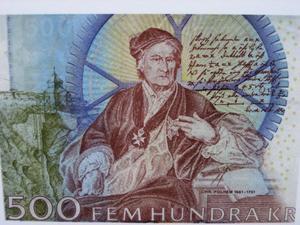 Sveriges största tekniska snille Christopher Polhammar adlades 1716 av Karl XII för sina insatser för Sveriges utveckling och antog namnet Polhem. Baksidan på femhundra-kronorssedeln återger Vetenskapsakademins Polhemsporträtt.