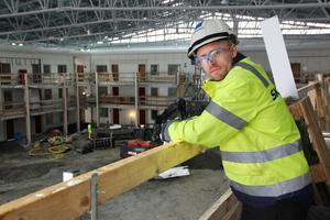 Jonny Enberg, produktionschef på Skanska övervakar bygget.