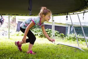 Felicia, 6 år, i full färd med ett av utmaningarna i hinderbanan.