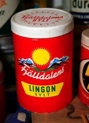 Röd burk med fjäll och sol var signalfärgen Fjälldalens lingonsylt.
