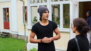 Vlt.se:s Nora Nergiz Westerbergh var på asylboendet utanför Surahammar i lördags och träffade Raman. Som 17-åring flydde han Syrien ensam, utan att ta farväl av sin familj.