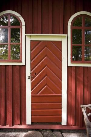 SOM FÖRR. När Lars och Marianne lät restaurera det gamla k-märkta dasset förra året var det viktigt att allt blev precis som förr. Både dörren och fönstren har restaurerats för att se ut som på mitten av 1800-talet då dasset uppfördes.
