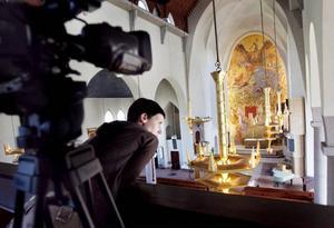 Mervi Junkonen har gjort flera filmer där tystnaden får ta stor plats. Nu ska hon dokumentera en del av den stora kulturmanifestation som genomförs i länet den 25 juli. Här filmar hon i Stora kyrkan i Östersund.