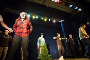 Jessica Pastitsom Edin dansar tillsammans med sin klass i revyn