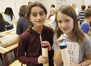Isabelle Moazzami och Elin Ulvefjord gjorde flera olika sorters instrument. Här med sina ballongtutor.