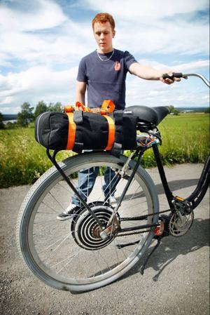 """På pakethållaren ligger batteriet. Ett kraftigt batteri som kostade 4 000 kronor men som det är bra """"kräm"""" i.– Jag körde fem mil i går och mätaren visade att batteriet fortfarande var fulladdat, så med den här cykeln kan jag köra långt, säger Stefan Daubner. På bilden syns också styrdosan under sadeln och den klo-broms han själv satt fast."""