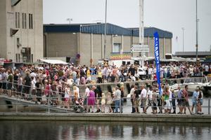 Pontonbron höll för tusentals.