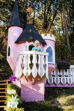 Ifjol hälsade redaktionen på hemma hos Bella Brolin i Klockarberget i Njurunda. Hennes mamma och morfar har byggt en lekstuga som inte liknar någonting annat.