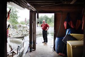 Bönafiskaren Sture Nordin är en av de boende på Norrlandet som har skrivit in till kommunen om att de föreslagna anslutningsavgifterna för vatten och avlopp är för höga.