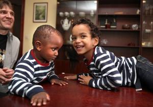 BRÖDER. Raymond Jonsson, två år, är adopterad och David Jonsson, fyra år, är Ludmilas och Tommys biologiska son.