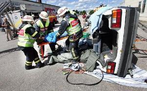 Efter att ha klippt loss taket på den voltade bilen kunde räddningstjänsten plocka ut den person som hade skadats.FOTO: MIKAEL ERIKSSON