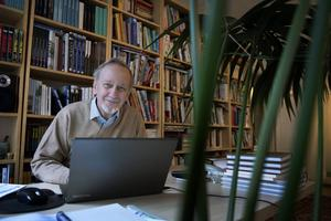 Satirtidningen Grönköpings Veckoblad fyller 100 år. Chefredaktör Ulf Schöldström har jobbat med tidningen sedan 1985.