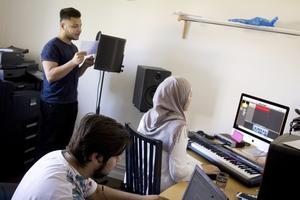 Poddar. Hani Alomar spelar in podd och får hjälp av Blerim Baruti och Nancy ElTurk som agerar ljudtekniker. Tillsammans har de fem sommarjobbarna spelat in flertalet kortare poddavsnitt som finns tillgängliga för lyssning på Fagersta kommuns hemsida.Foto: Elin Hofferek