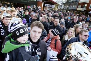 Daniel Mossberg hade barnen med sig till firandet i Krysset.