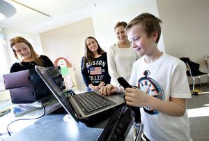 Lena Wiklund, Emma Ahlander och Maria Berglöv hjälper Gustav Nordström att komma igång med en av de nya datorerna.