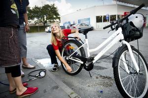 Luften fixad. Maria Sjölinder har just hjälpt en ung tjej som heter Cornelia att få luft i däcket.