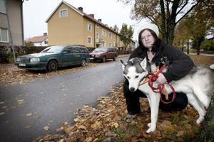 Emelie Hane får inte längre parkera utanför den lägenhet hon hyr på Allégatan i Smedjebacken. Kommunen har bestämt att parkering inte längre är tillåtet trots att gatan är enkelriktad.