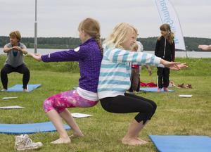 Saga Widehammar har skrivit en yogasagorna. Här gör hon en sagostol tillsammans med Josefin Nilsson.