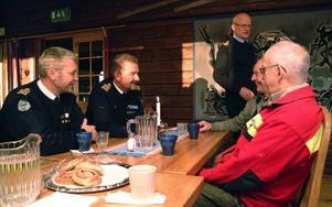 Det blev en lång lunch med många spännande historier som John-Erik Olofsson varit med om. Från vänster poliserna Håkan Modin, Stephen Jerand och Bengt-Göran Wiik. John-Erik är delvis skymd bakom Sixten Persson från Fjällsäkerhetsrådet.