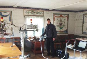 Kemisten Kaj Thuressen använder röntgenfluorescens för undersöka pigmentet i väggmålningarna på Gammelgården.