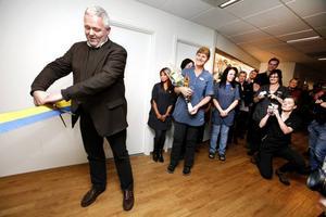Inviger. Riksdagsledamoten och barnläkaren Anders W Jonsson, (C), invigde på fredagen den nya hälsocentralen i city.