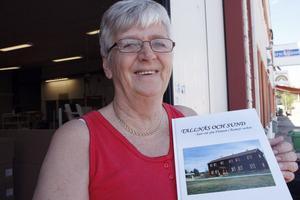 Laila Berglund med ett exemplar av boken om byarna Sund och Tallnäs. På måndagskvällen höll hon boksläpp i biblioteket i Ramsjö.