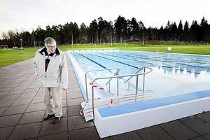 Ove Engberg, ordförande i Gävle Simsällskap, är besviken.  Kommunen har inte råd att bygga om bassängen så att den uppfyller kraven för att kunna arrangera SM. Därmed kan Gävle gå miste om hela SM-veckan.