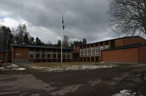 Bullrig miljö. Hosjöskolans problem med buller och dålig ventilation har varit kända i snart sex år. Pressen ökar på skolnämndens ledamöter att fatta beslut om åtgärder.