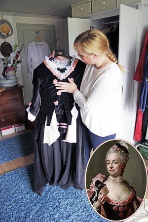 Josephina använder de gamla plaggen som förlagor när hon syr nya dräkter. Det här är hennes tolkning av Jacqueline de Geers dräkt som hon bär på en målning av Jacob Björk (1728-1793).