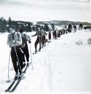 Skidorna hade jag köpt på Tempo för 20 kronor1953 fick jag följa med Östra realskolan i Göteborg på min första fjällfärd till Klövsjö.Pappa betalade. 120 kronor kostade resan. Jag står först. Skidorna hade jag köpt på Tempo för 20 kronor.20 minuter senare var vi på väg upp i backarna mot Bräckvallens fäbodar.Vid nästa paus vänder sig engelskläraren Assar Tranmark om och säger till mig.– Du Olsson, du har rätt bra kondition.– Jag har spelat möcke bandy i vinter, svarar jag.Ett av tre berömmande ord under hela min fyraåriga realskoletid.Det glömmer jag aldrig.