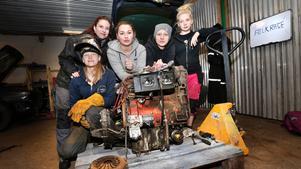 Janina Alm, Mikaela Mattsson, Alicia Enderberg, Julia Nordberg och Izabella Skogh Taxén sliter i garaget.