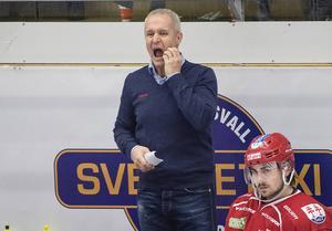 Roger Forsbergs Timrå IK saknar flera spelare på grund av skador. När Victor Ejdsell har kallats tillbaka lyfter TIK upp en junior.