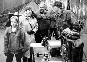 - Spännande, tyckte Jan Edström, som hälsade på storebror tillsammans med mamma Cathrin och pappa Kjell. Här visar Stefan Bergström hur teleutrustningen fungerar.