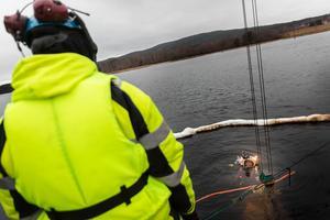 Dykarna i Svenska tungdykargruppen har lyckats få upp 39 av totalt 55 upptäckta tunnor med giftigt avfall som dumpats i Österdalälven vid Insjöbron.