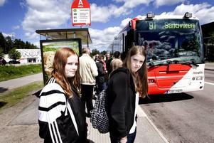 HAR FÅTT NOG. Louise och Josefine Lander är trötta på busskaoset efter fyra dagar, sedan nya 91:an började trafikera sträckan Valbo–Sandviken.