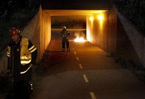 Natten till tisdagen larmades räddningstjänsten till en gångtunnel i Nygårdarna, Borlänge. I gångtunneln brann det i en hushållssoptunna.