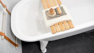 Detaljer av trä ger badrummet en mer ombonad känsla.