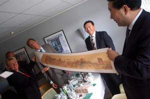 Landshövdingen Britt Bohlin fick en present av Mr Liu Zhenya, ordförande i State Grid Corporation of China.Foto: Carin Selldén