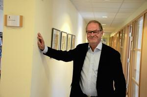 Tisdag 10.47. Jukka Tekonen är konsult på Kumla kommun under hösten. Vi träffas för intervju på hans arbetsrum på barn- och utbildningsförvaltningen. Långt ifrån den roligaste av fotomiljöer. Det blir till slut en bild från korridoren utanför.