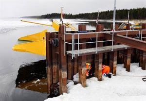 Även färjrampen i Håkansta blir underhållen i väntan på smältvattnet.