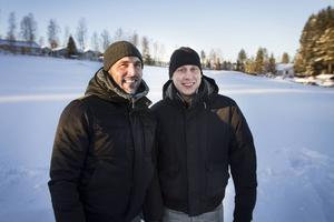Joakim Gräns och Henrik Hammarstedt kan knappt bärga sig till byggstart av deras drömhus.