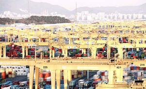 Kranar för containerhantering i Busan New Port i Sydkorea. FOTO: ABB