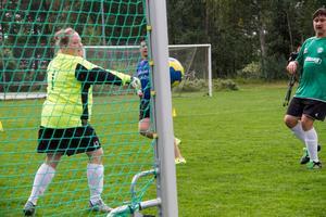 Romfartuna Uniteds målvakt Sofie Ytterberg kan pusta ut. Bollen gick i stolpen. Till höger skymtar Andreas Leek- Fredriksson.
