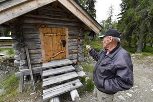 Elvin Persson vid den gamla kvarnbyggnaden.
