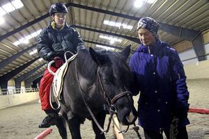 Uppe på handikapphästen Dilton sker en märkvärdig förvandling till den lugne Jocke Wallin, här med Karin Alsiö. Borlänge klassar emellertid veckans ridlektion i dagliga verksamheten som