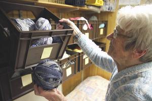 Vävning Astrids stora hobby. Hon fick en vävstol när hon var 40 och sedan dess har hon vävt hundratals trasmattor. Blå är favoritfärgen, säger hon.