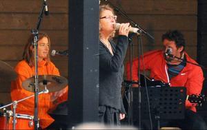 """Gruppen Rönn, med Clara Kempff, trummor, och Jörgen Vikström, gitarr, bjöd på egen musik men också, som här, en välkänd U2-cover med """"Madame Norhalla"""" Eleanor Lundberg."""